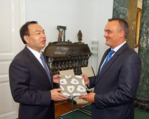 Tang Liangzhi Wuhan polgármestere és Borkai Zsolt, Győr Megyei Jogú Város polgármestere