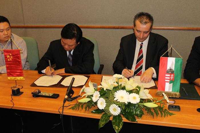 Cserna Gábor, Dunaújváros Megyei Jogú Város polgármestere és Shao Qisheng, Yingtan Város Népi Nagygyűlésének állandó bizottságának elnöke