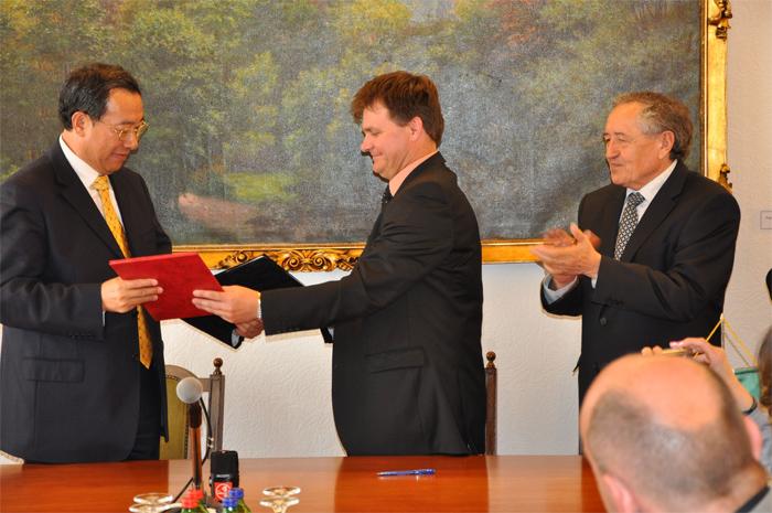 Wang Wenchao, Henan Tartomány Népi Kongresszusa Állandó Bizottságának alelnöke, Borbás Zsolt, a megyei közgyűlés alelnöke,