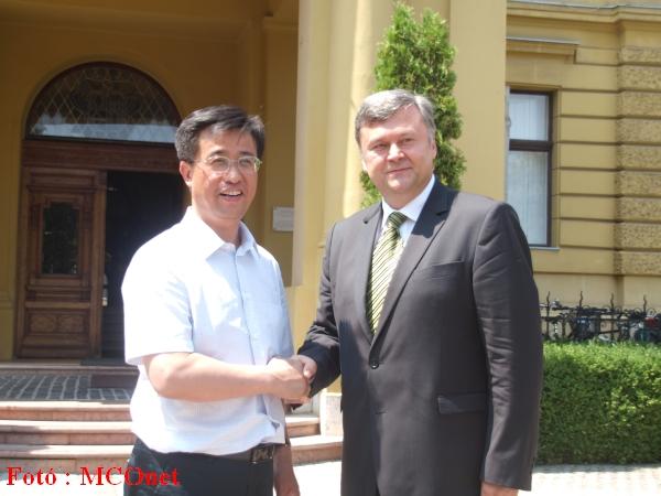 Mr. Zhang Ye, Yichun város alpolgármestere és Szabó István mátészalkai polgármester