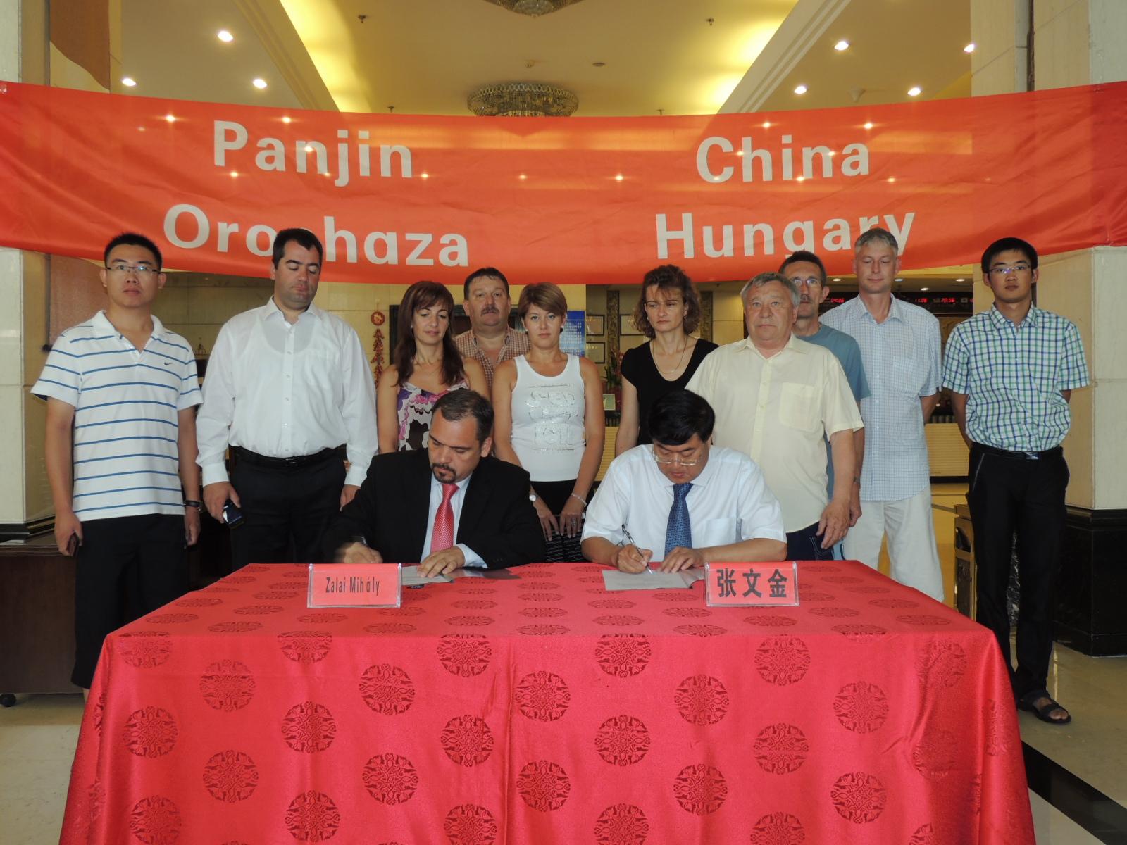 Zhang WenJi,  a Panjini Kereskedelmi Kamara elnöke és  Zalai Mihály alpolgármester