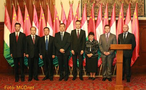 A 'Kínai-Magyar Barátságért Kitüntető Díj' 2013-as díjátadója a Parlamentben