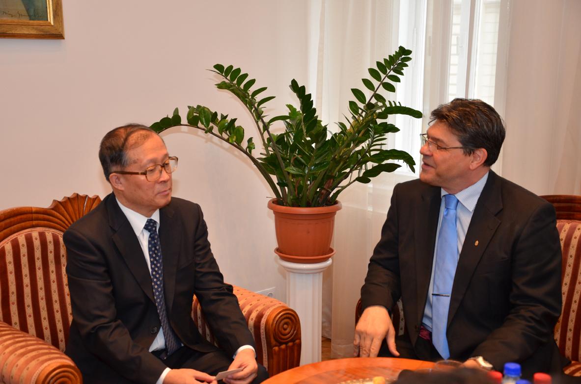 Li Hongzhong és dr. Szakács Imre négyszemközti találkozója