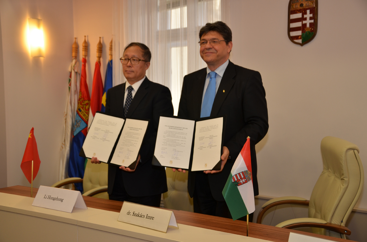 Li Hongzhong és dr. Szakács Imre