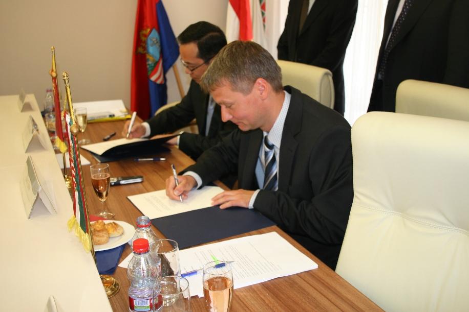 A Kínai Népköztársaság Hubei Tartományának Zhang ChangER pártfőtitkár-helyettese és Kara Ákos, a Győr-Moson-Sopron megyei közgyűlés alelnöke