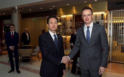 Szijjártó Péter a jelenlegi és a további gazdasági együttműködésekről tárgyalt