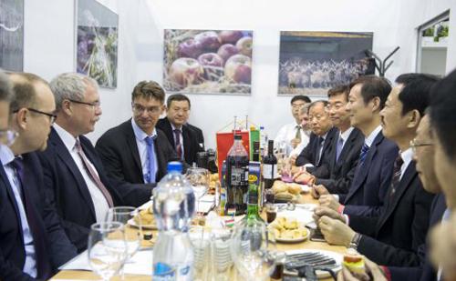 A kínai Liaocheng delegációját fogadta Fazekas Sándor miniszter