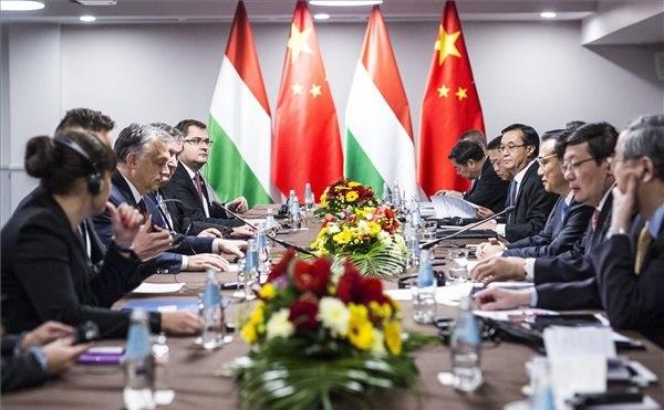 Kína-Kelet-Közép-Európa csúcstalálkozón megállapodás. Orbán Viktor és Li Ko-csiang
