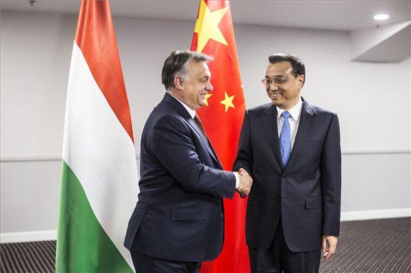 Orbán Viktor miniszterelnök és Li Ko-csiang kínai kormányfő a Kína-Kelet-Közép-Európa csúcstalálkozón Riga