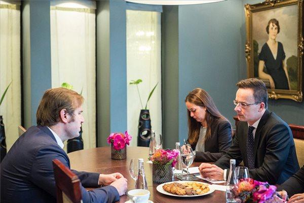 Szijjártó Péter külgazdasági és külügyminiszter és Radek Pyffel, az Ázsiai Befektetési és Beruházási Bank igazgató-helyettes a Kína-Kelet-Közép-Európa csúcstalálkozón Riga