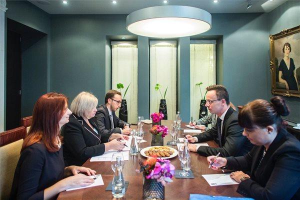 Szijjártó Péter külgazdasági és külügyminiszter és Milva Ekonomi albán gazdasági miniszter Kína-Kelet-Közép-Európa csúcstalálkozón Riga