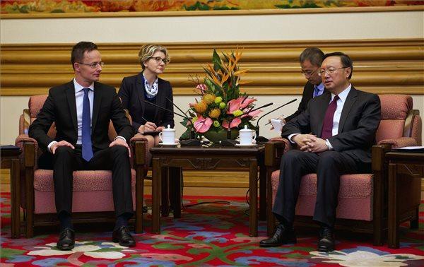 Szijjártó Péter külgazdasági és külügyminiszter és Jang Csie-cse kínai külügyi államtanácsos találkozója Pekingben