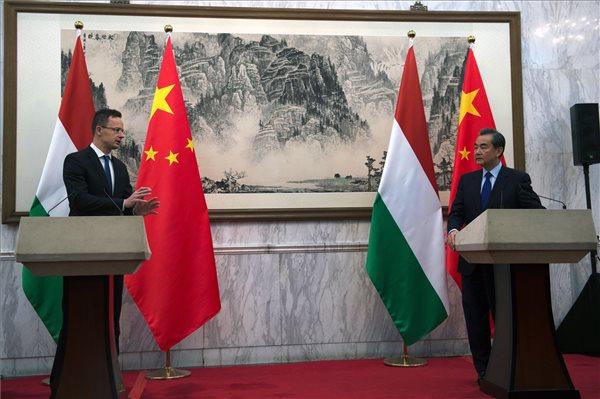 Szijjártó Péter külgazdasági és külügyminiszter és Vang Ji kínai külügyminiszter sajtótájékoztatója Pekingben