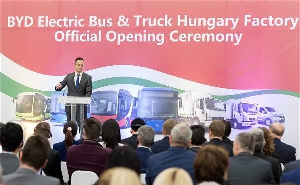 A kínai BYD megnyitotta elektromosbusz-gyárát Komáromban