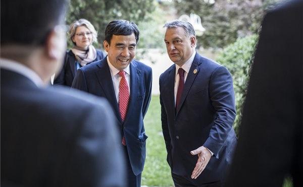 Orbán Viktor miniszterelnök Tien Kuo-lit, a Bank of China elnökével