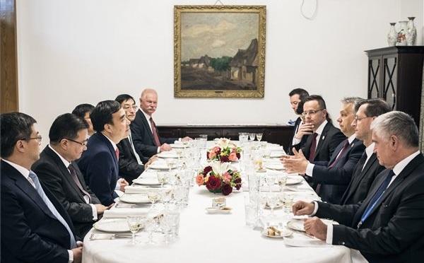 Orbán Viktor miniszterelnök munkavacsorán vett részt Tien Kuo-lit, a Bank of China elnökével, valamint a bank további vezetőiivelPekingben, a magyar nagyköveti rezidencián