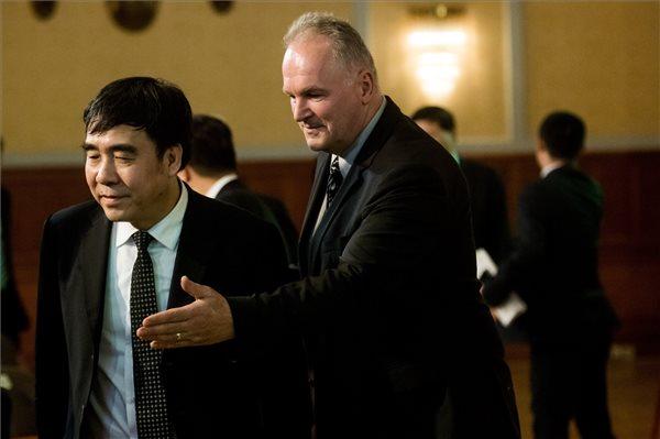 Tien Kuo-li, a Bank of China elnöke és Szabó László, a Külgazdasági és Külügyminisztérium parlamenti államtitkára
