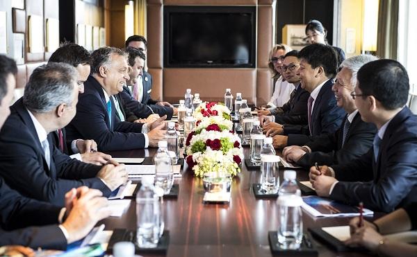 A Huawei elnökével tárgyalt a magyar delegáció