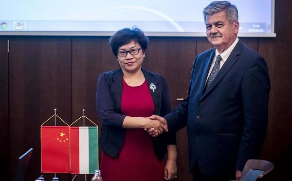 Kína kész erősíteni és bővíteni a két ország közötti kereskedelmi kapcsolatokat