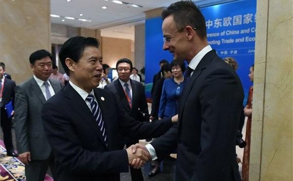 Szijjártó Péter külgazdasági és külügyminiszter és San Csung kínai kereskedelmi miniszter Ningpóban