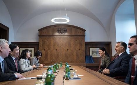 Orbán Viktor a kínai Fudan Egyetem vezetőivel tárgyalt