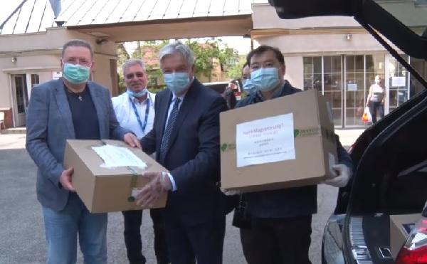 A kínai-magyar barátságnak köszönhetően érkezett adomány a Bajcsy kórházba