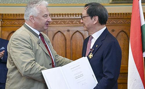 Semjén Zsolt állami kitüntetésben részesítette Frank Liu Chi-Jen üzletembert