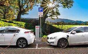 Intelligens elektromos autókat hoz létre a két autóipari óriás