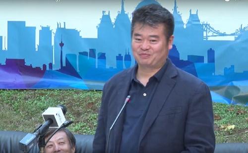 Zhai Xiaoshi az idelátogató kínai művészek nevében mond beszédet